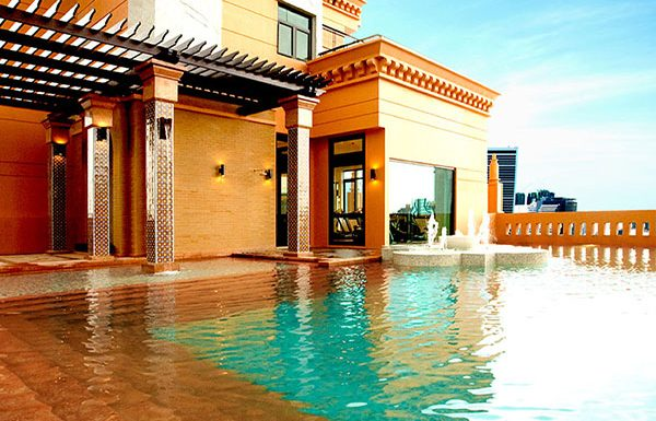 Aguston-Sukhumvit-22-Bangkok-condo-for-sale-Outdoor-swimming-pool-with-pool-sun-lounge